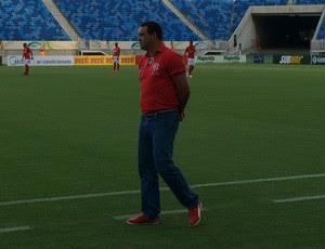 Roberto Fernandes, técnico do América-RN (Foto: Augusto Gomes/GloboEsporte.com)