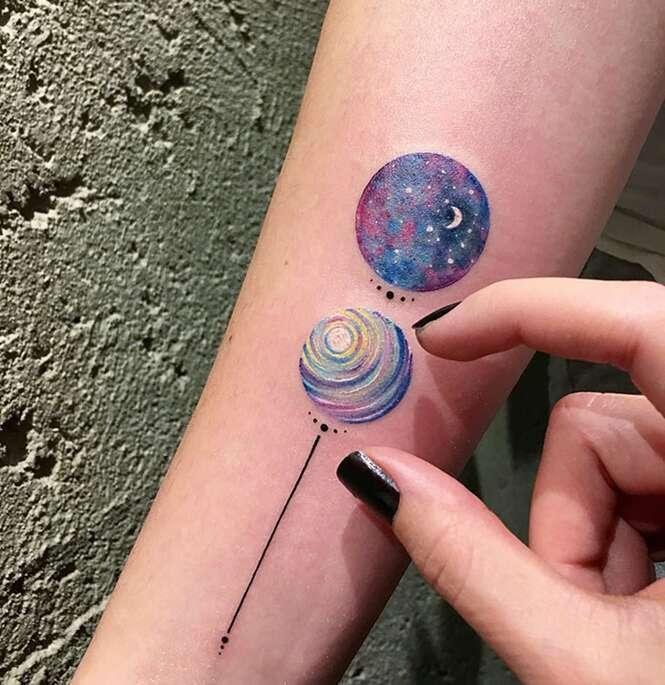 Tatuadora faz sucesso com belas tattoos feitas em pequenos círculos