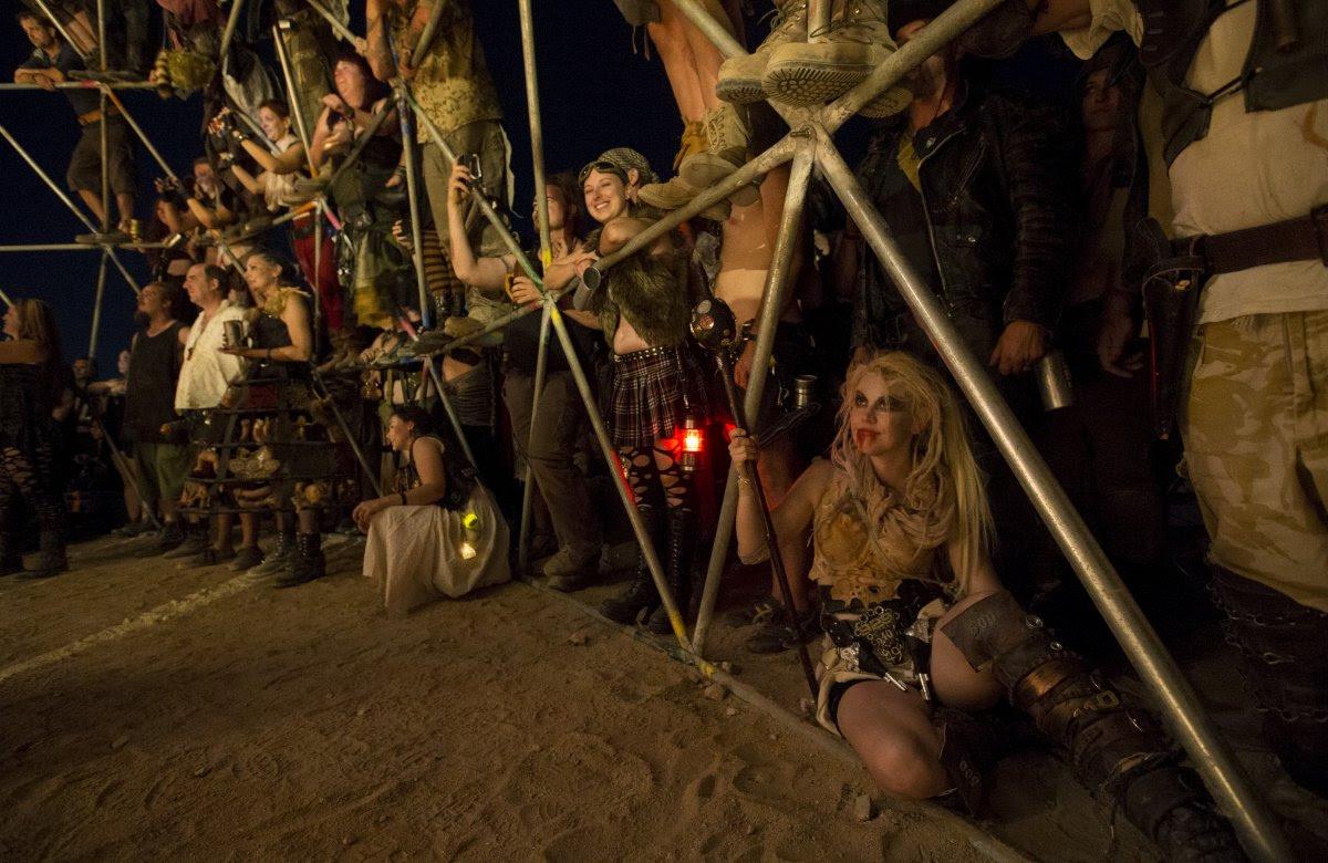 """Fãs de """"Mad Max"""" constroem seu próprio mundo pós-apocalíptico no meio do deserto 20"""
