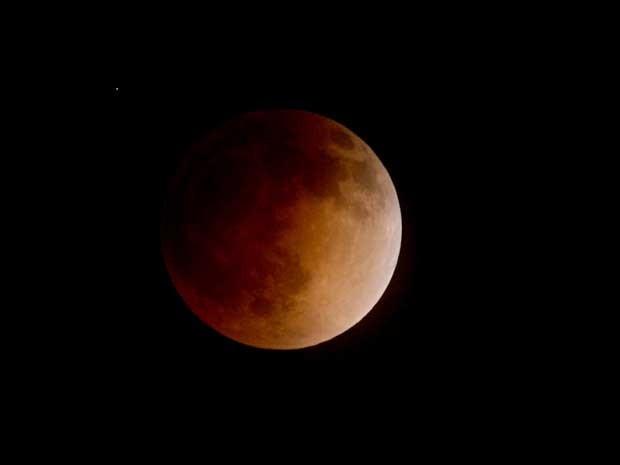 A Lua vermelha vista de Burbank, na Califórnia. (Foto: Kevin Winter / Getty Images / AFP Photo)