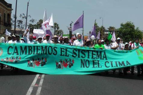 Bandera de apertura de la marcha en Lima - 20 000 personas
