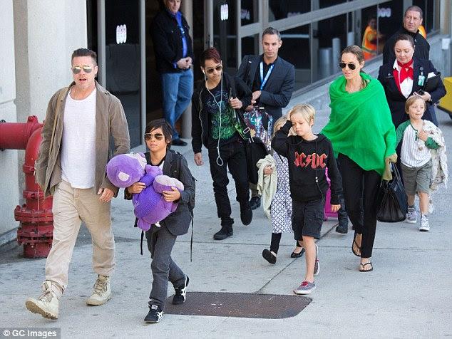 É relatado foi quarta-feira que Angelina Jolie passou quatro horas falando com agentes do FBI que investigam Brad Pitt por suposta agressão após um incidente em um avião privado em 14 de setembro O casal agora afastados são retratados com seus filhos em 2014