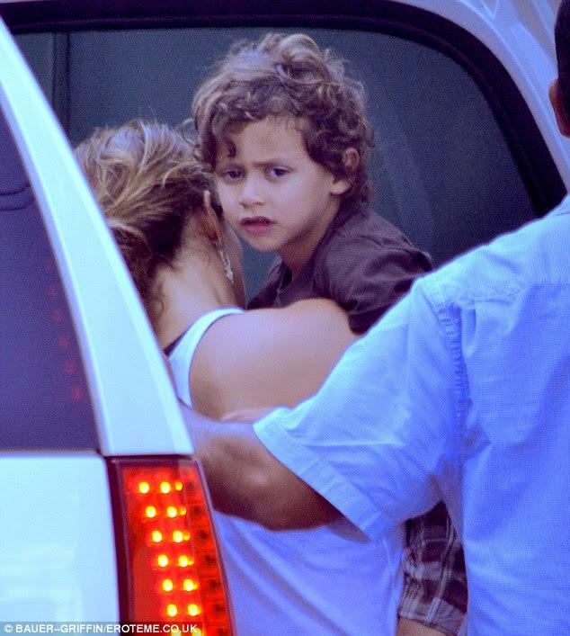 Tempo Mama: Jennifer com Max filho gêmeo entre as tomadas durante as filmagens de um vídeo de música nova
