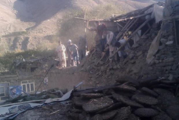 Afegãos observam casa destruída  após tremor que atingiu Bazarak, na província de Panjshir (Foto: STR / AFP)