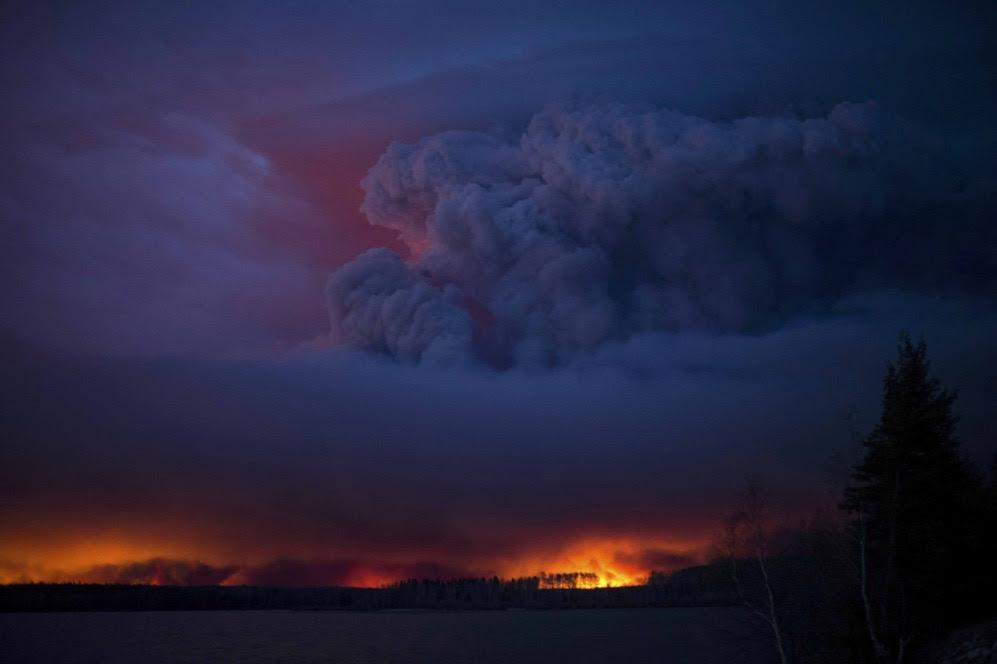 Los aproximadamente 900 kilómetros cuadrados de bosque boreal que ha arrasado el fuego han dejado el cielo de la zona completamente cubierto por una impactante humareda.