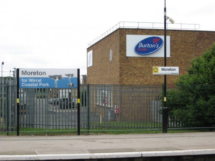 <p>Fábrica deCadbury's cerca de la estación de tren deMoreton, Merseyside, Reino Unido.</p>