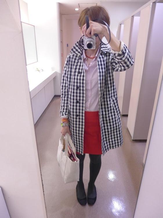 赤とピンク。クドくなりそうな組み合わせだけど、ギンガムチェックで引き算して、何とか成立したかな。  beautiful people×ユニクロのスプリングコートにアダムエロペのシャツ、GAPのスカート。  タイツはグレーにして、コントラストを柔らかく。