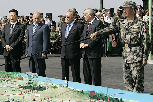 http://upload.wikimedia.org/wikipedia/commons/f/f1/Putin_and_Hu_JintaoPeace_Mission_2007.jpg