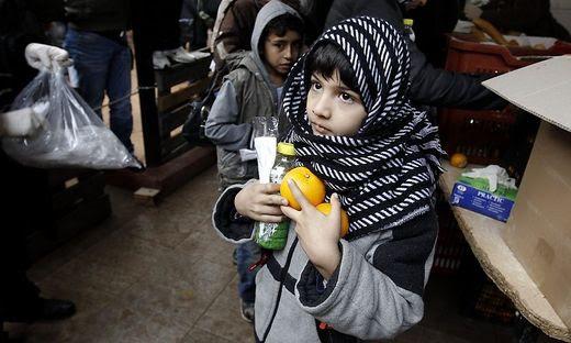 Armut, Waisenkinder, Essensausgabe