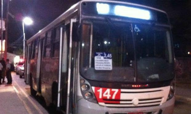 Ônibus fazia a linha Prazeres/Boa Viagem; acidente aconteceu no Pina, na Zona Sul do Recife / Foto: reprodução/TV Jornal