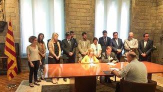 Borràs signa la notificació del TSJC amb el suport de la resta de membres del govern