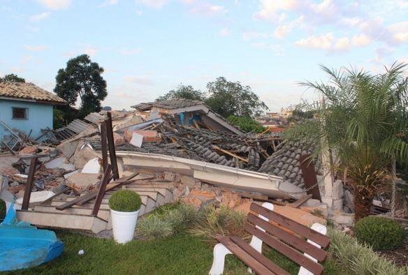 Casa desmoronou na madrugada desta quarta em Criciúma (Foto: Douglas Saviato/Portal Engelplus)