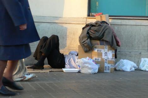 Un 'sin techo' tumbado sobre cartones. | El Mundo