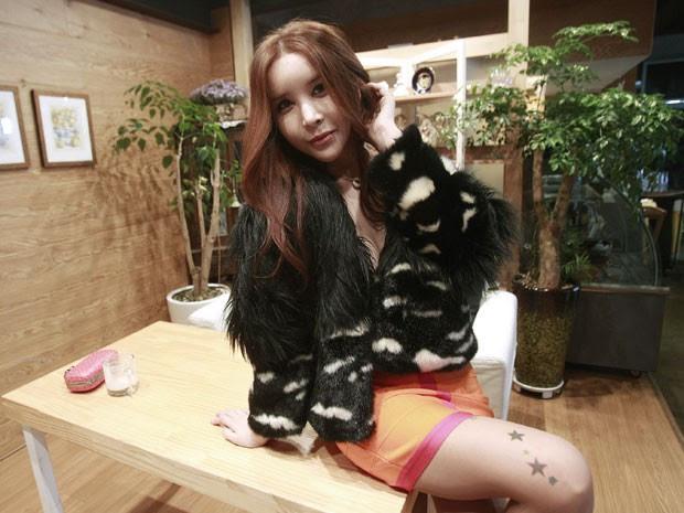 A cantora, atriz e modelo sul-coreana Harisu, uma das pacientes do Dr. Kim Seok-Kwun  (Foto: Ahn Young-joon/AP)