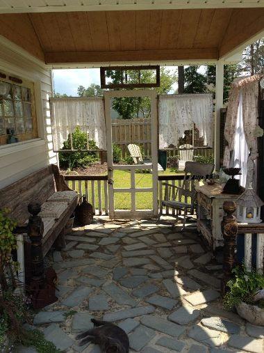 Porche de Kim Trudo con persianas y ventanas viejas