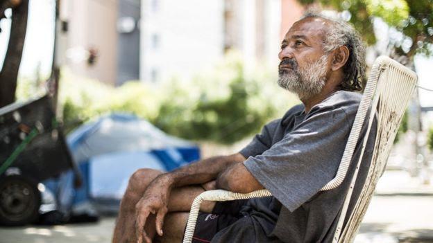 Cláudio Oliveira na praça em que vive em Fortaleza