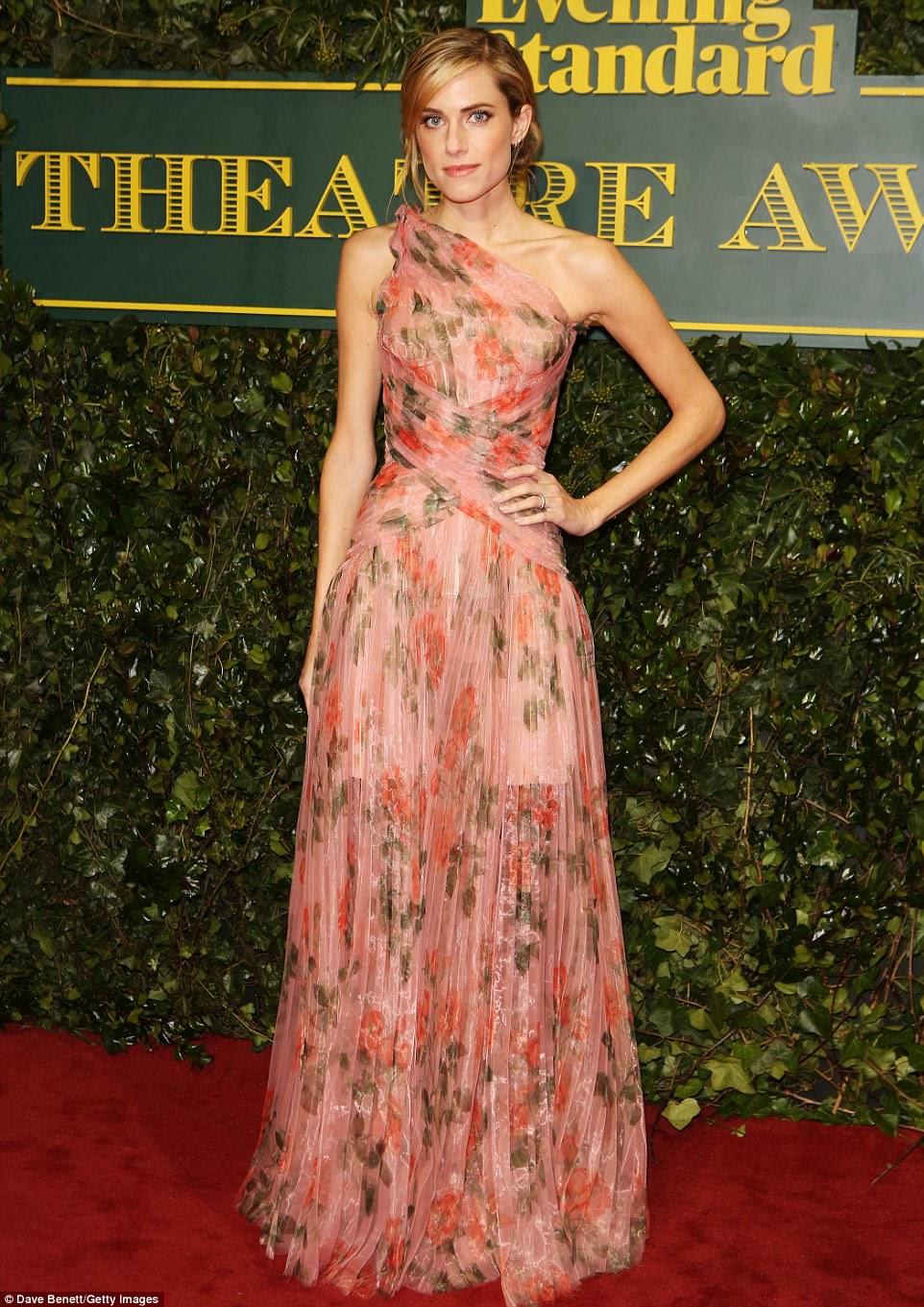 De bom gosto: com um padrão floral suave, o vestido garantiu que ela se destacava quando ela abriu caminho pelo tapete vermelho