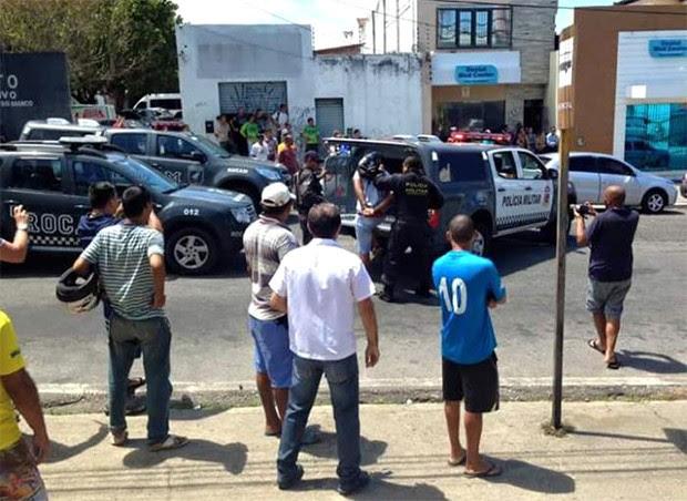 Depois que se renderam, criminosos foram levados para a delegacia  (Foto: 190RN)