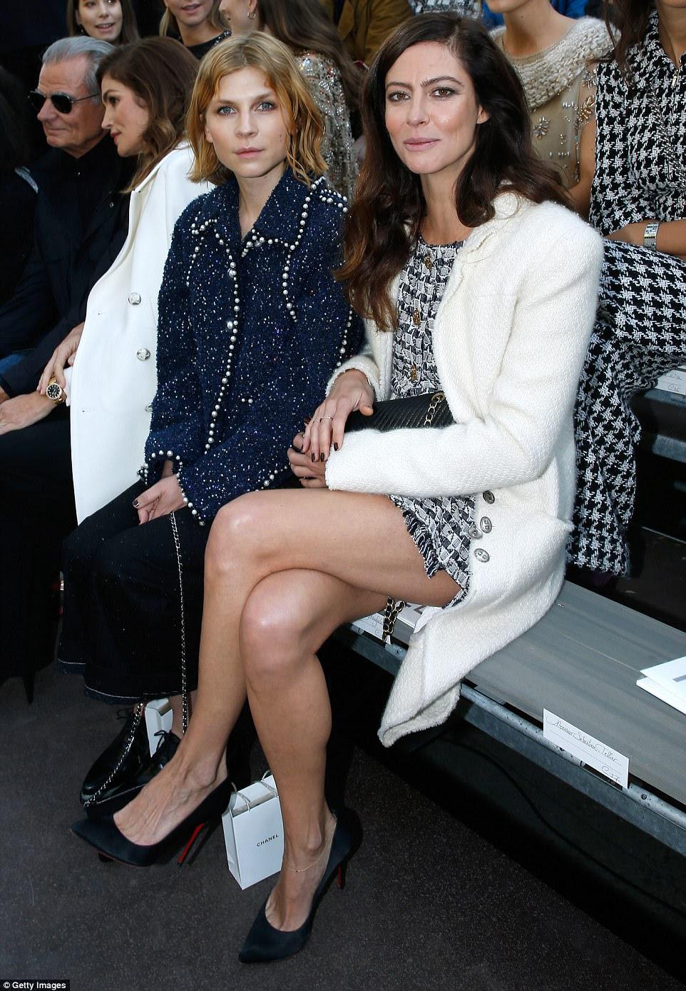 Impressionante: Clemence sentou-se no FROW com a atriz Anna Mouglalis