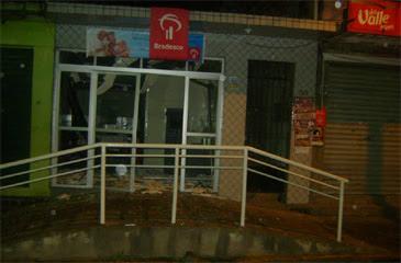 Bandidos quebraram porta de vidro da agência. Foto: Salatiel Cícero/ Reprodução/ Facebook