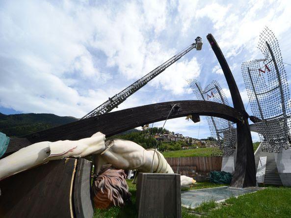 La croce crollata (Fotogramma/Brescia)