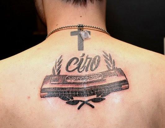 El Guitarrista De La Banda Cine Ha Tatuado En Su Espalda Una