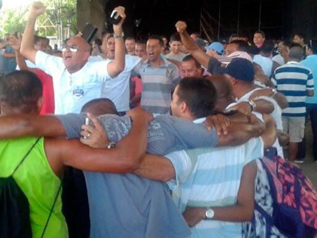 PMs comemoram fim da greve na Bahia (Foto: Maiana Belo/G1)