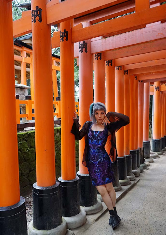 Kyoto Fushimi Inari shrine: famous red-orange Japanese temple gates! Hotel Gracery Sanjo, kabuki themed room. | La Carmina Blog - Alternative Fashion, Travel, Subcultures
