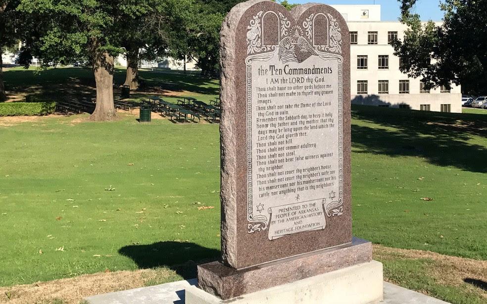 Monumento em homenagem aos Dez Mandamentos é visto do lado de fora do Capitólio de Arkansas, em Little Rock, na terça (27), pouco depois de ser instalado e horas antes de ser destruído  (Foto: AP Photo/Andrew DeMillo)