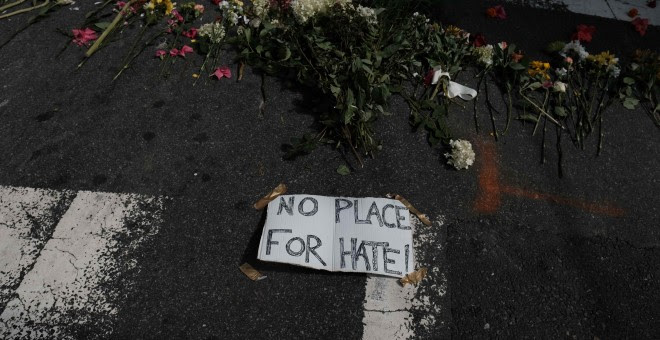 Flores y un cartel que pone 'No hay lugar para el odio', en la calle de Charlottesville donde un supremacista embistió con su vehículo contra una marcha anti-racista, provocando un muerto. REUTERS/Justin Ide