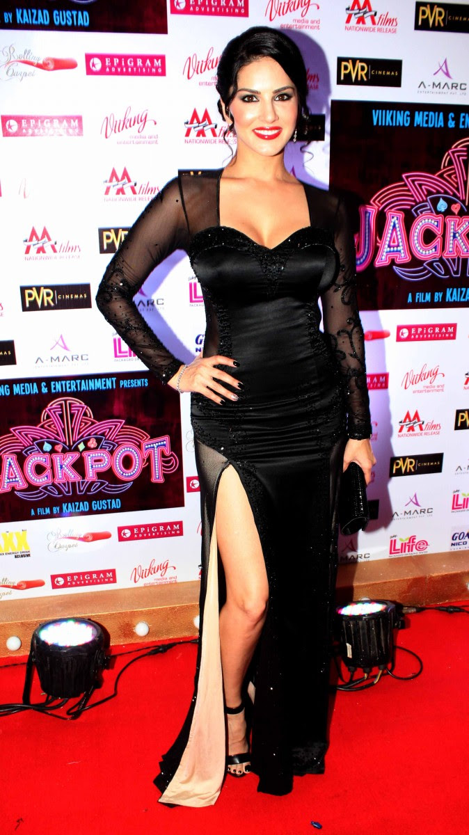 Sunny-Leone-Shah-Rukh-Khan-At-Jackpot-Movie-Premiere-Show-Image-Pictures-9