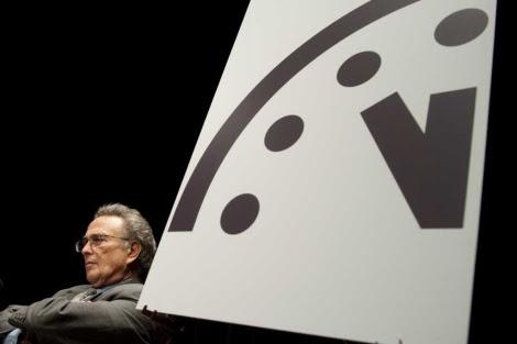 El profesor Robert Socolow, durante el acto en el que atrasaron un minuto el reloj del apocalipsis. | AFP
