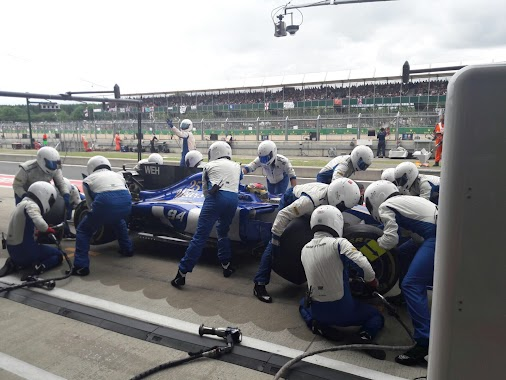 First pitstops done 🇬🇧  #MarcusEricsson and #PascalWehrlein back on fresh sets of supersofts!  #SauberF1Team...