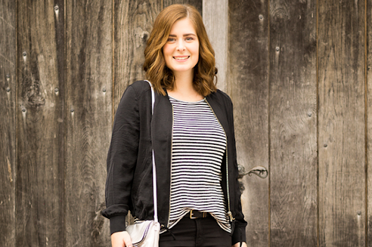 OUTFIT IN BLACK & WHITE: SHIRT WITH STRIPES AND BASIC JEANS