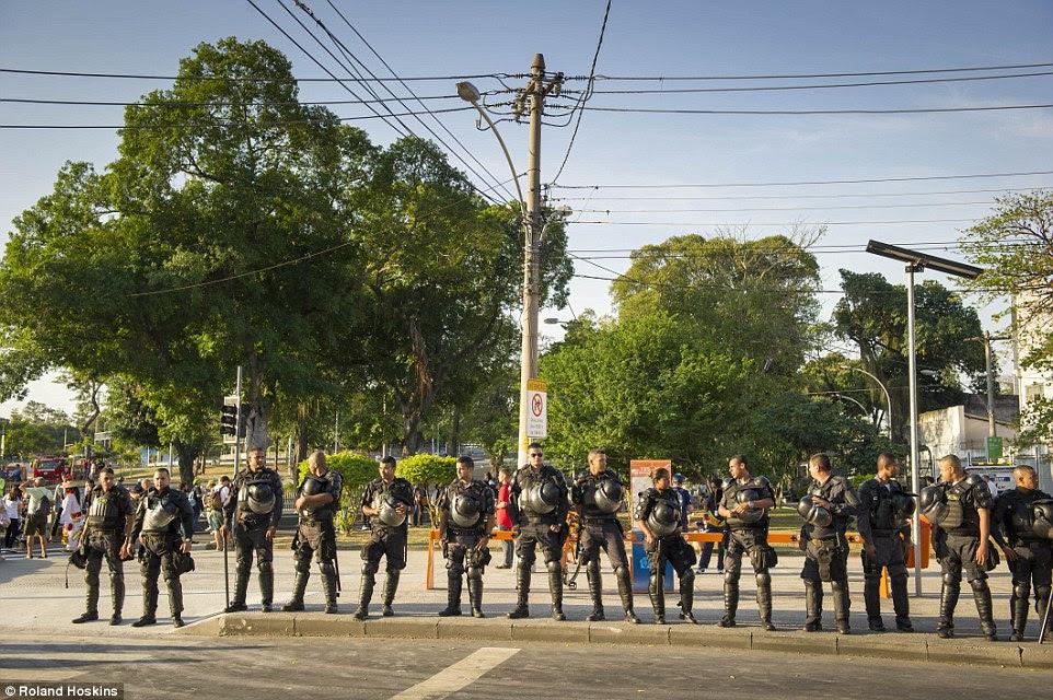 Protestos esperado: Assim como as preocupações com o terrorismo, há também o medo de anti-Olimpíadas e manifestações contra o governo que giram violento, o que levou a polícia a usar equipamento de proteção