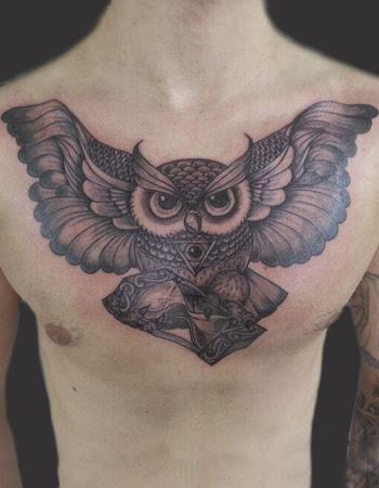 Tatuaje Búho En El Pecho En Su Tinta Estudio
