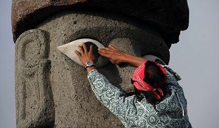 Restauración de un Moai en la Isla de Pascua (Foto Getty Images)