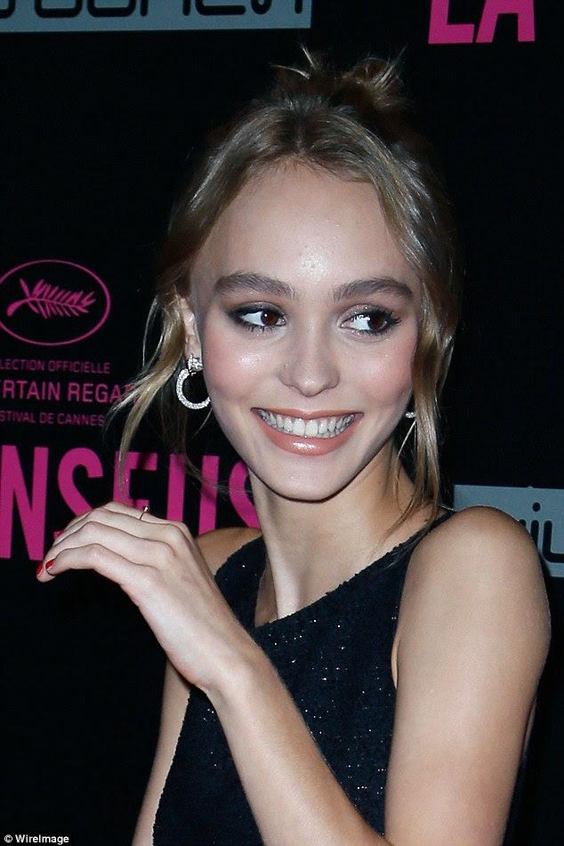 flair Sartorial: The 17-year-old estrela em ascensão atordoado em um mini vestido de lantejoulas elegante como ela sorriu no tapete vermelho
