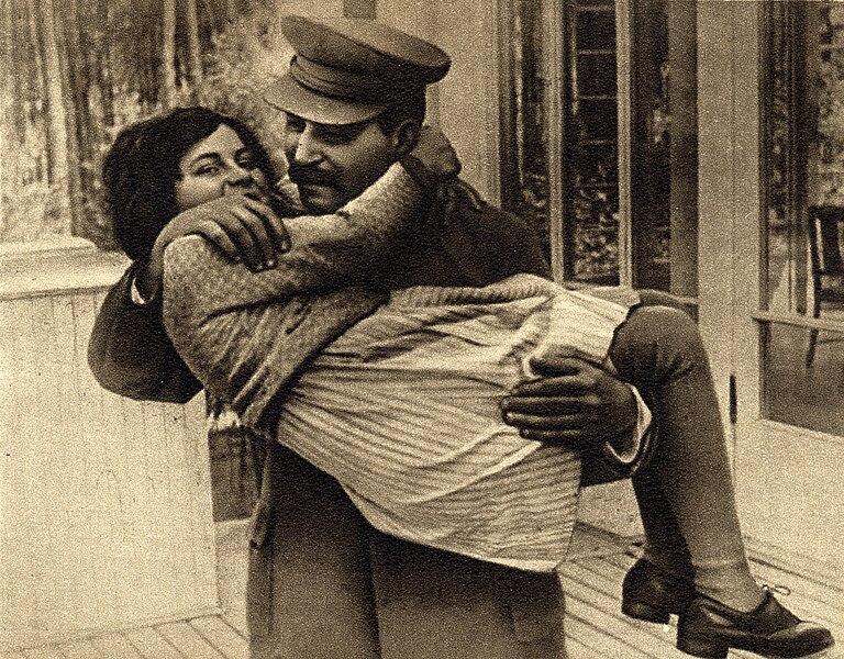 File:Joseph Stalin with daughter Svetlana, 1935.jpg