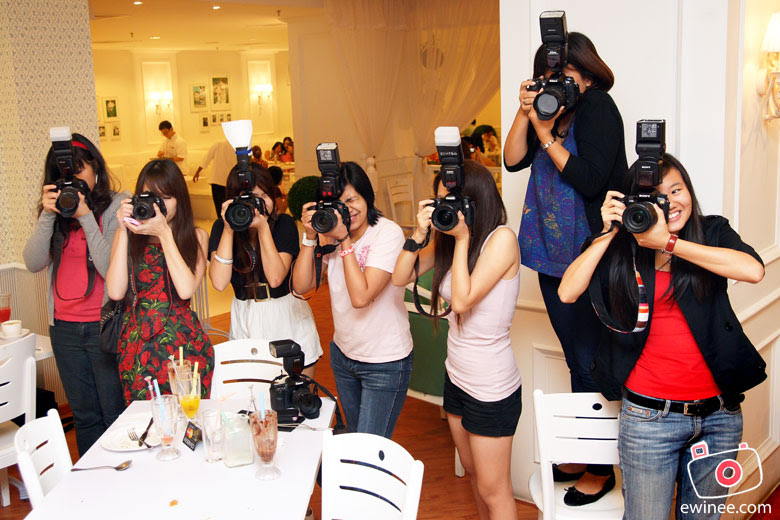 Girls-with-DSLR