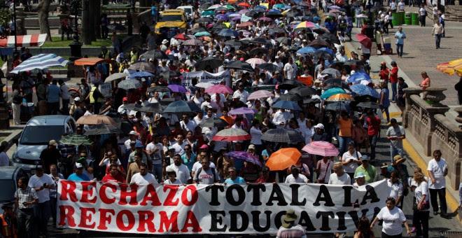 Los maestros marchan contra la reforma educativa del presidente mexicano Enrique Pena Nieto, en Monterrey, México, este viernes. REUTERS/Daniel Becerril