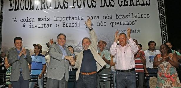 Ao lado de Fernando Pimentel (esq.), o ex-presidente Luiz Inácio Lula da Silva participa de evento em Montes Claros (MG) em 2015
