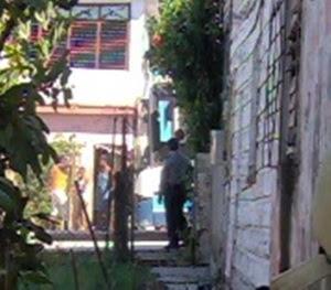 Oficial de la PNR apostado en la casa de Liranza