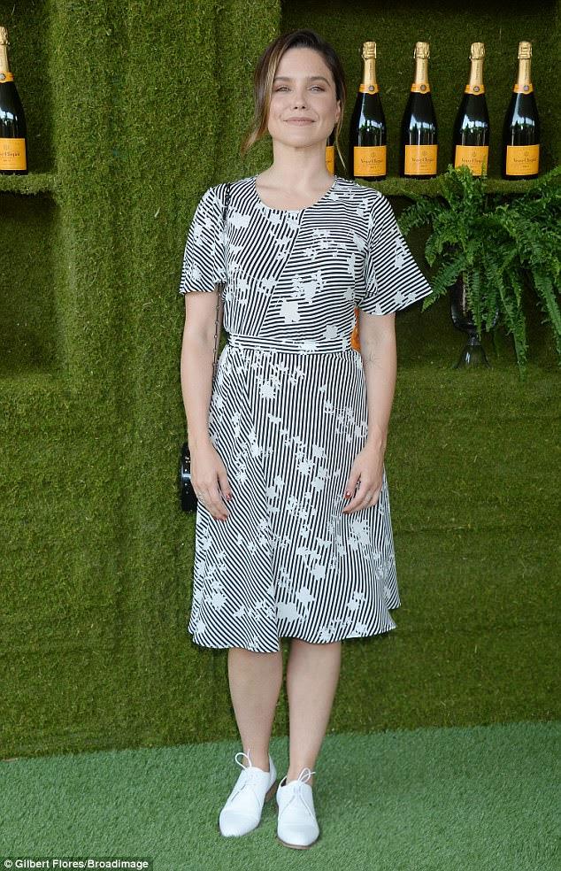 Beleza radiante: Sophia Bush vestiu sapatos casuais com um vestido de listras e flora impressa