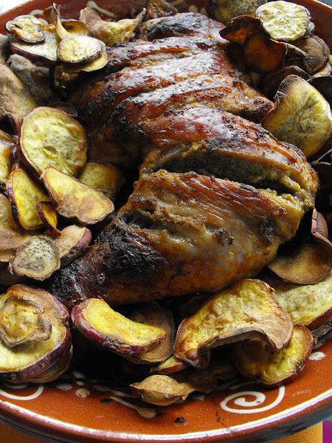Perna de perú no forno com batata-doce frita
