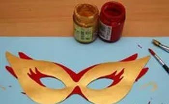 Pintando a máscara de Carnaval