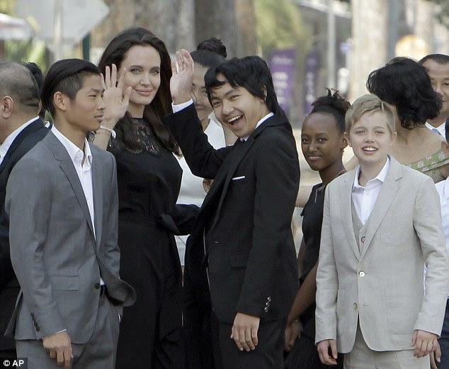 Jolie, 41 anos, está no Camboja para a estréia de seu novo filme e trouxe seus filhos com Pitt - no sábado com Maddox, 15, Pax, 13, Zahara, 12 e Shiloh, 10