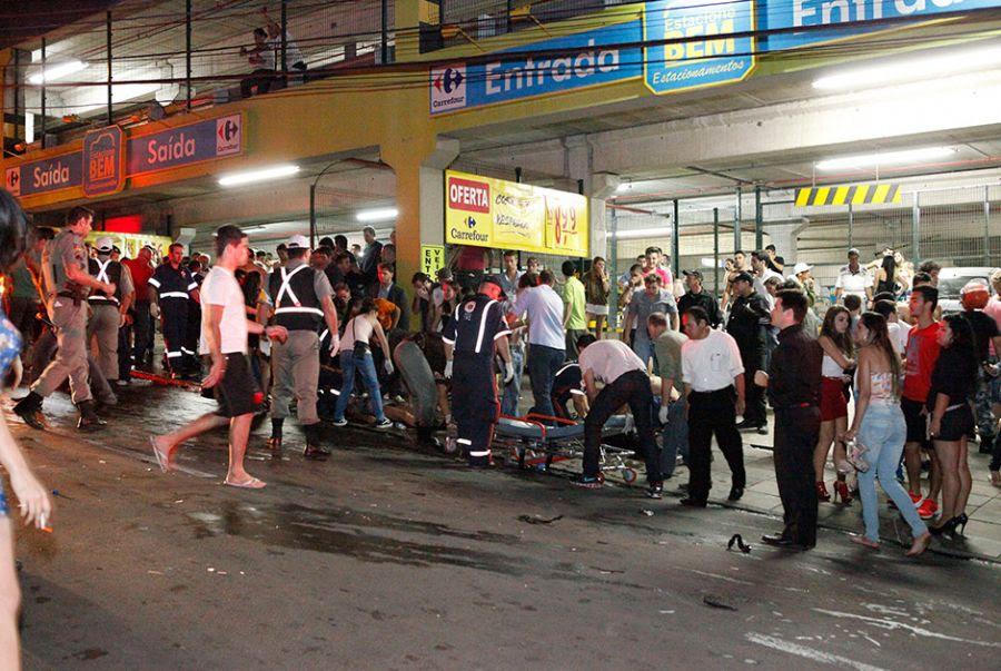 Muitas pessoas chegaram a ser atendidas na rua. Ao menos 200 pessoas teriam se ferido neste incêndio