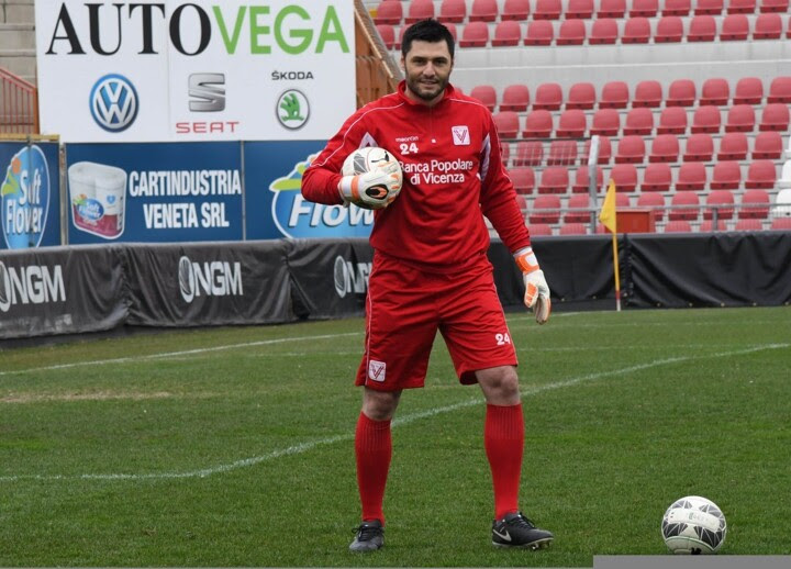 Former Chelsea goalkeeper Marco Amelia completes move to Vicenza