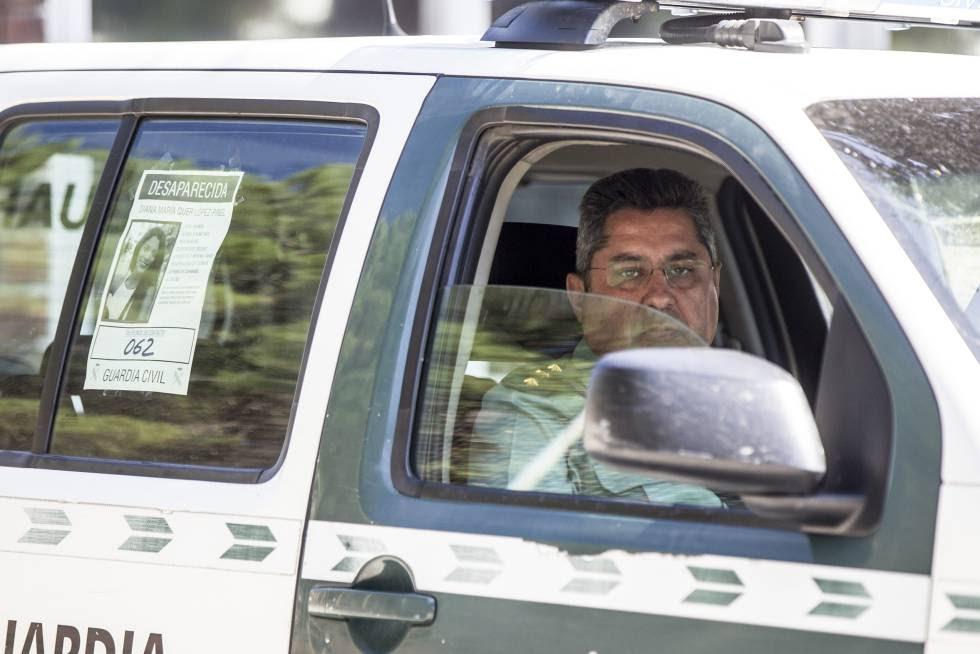 El coronel Javier Jambrina, en un coche con el cartel de búsqueda de Diana Quer.